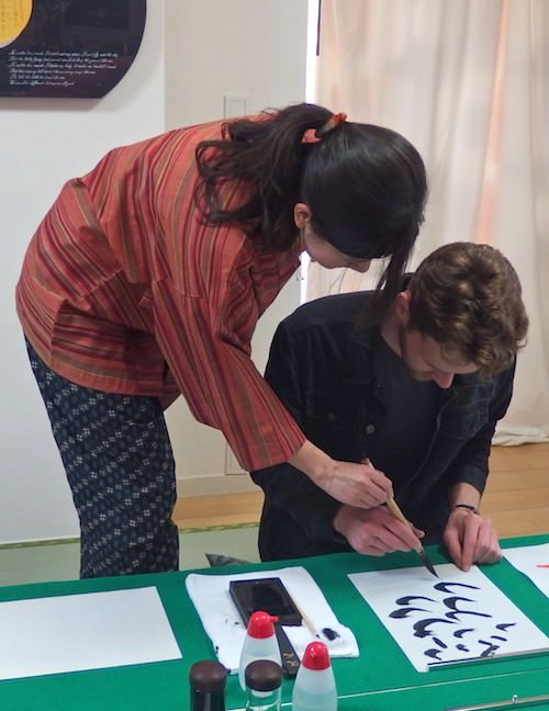 Wakana will teach you how to write with brush and ink very kindly.