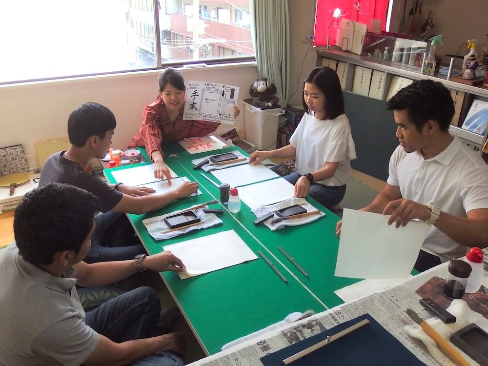 Wakana will teach you about Japanese calligraphy equipment
