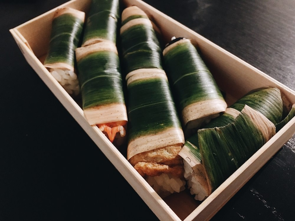 Seven pieces of sushi are packed in the wooden box!