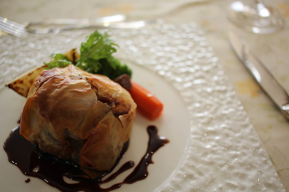The third dish from CHEZ-MOI's apple French course: grilled Aomori beef and apple jam wrapped by pie with red wine sauce