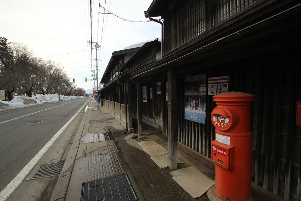The path in front of the residence has wooden roofs to avoid getting wet from snow. This is the characteristics of a shopping street in Aomori Prefecture.