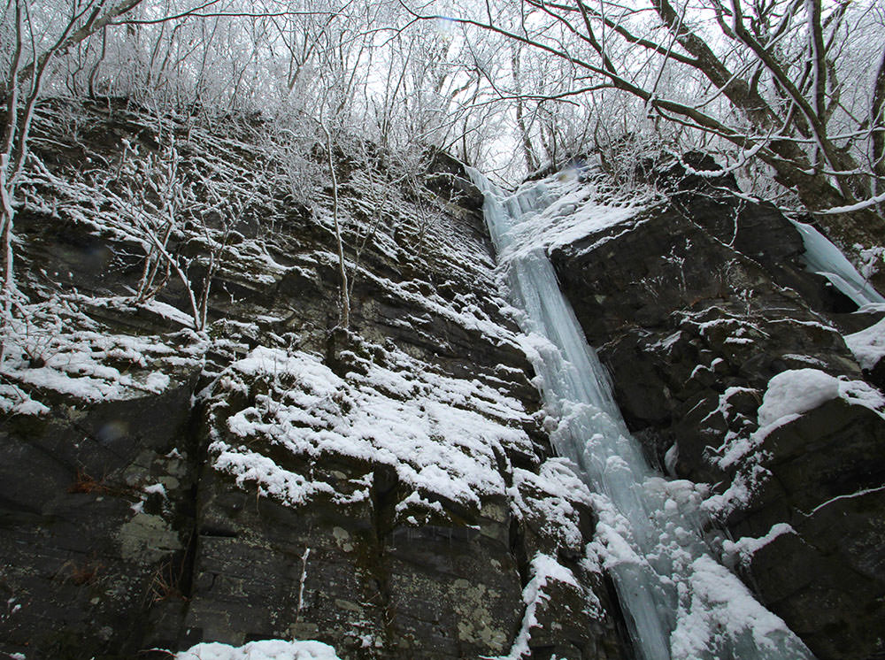 The frozen Kumoi Waterfall (雲井の滝)