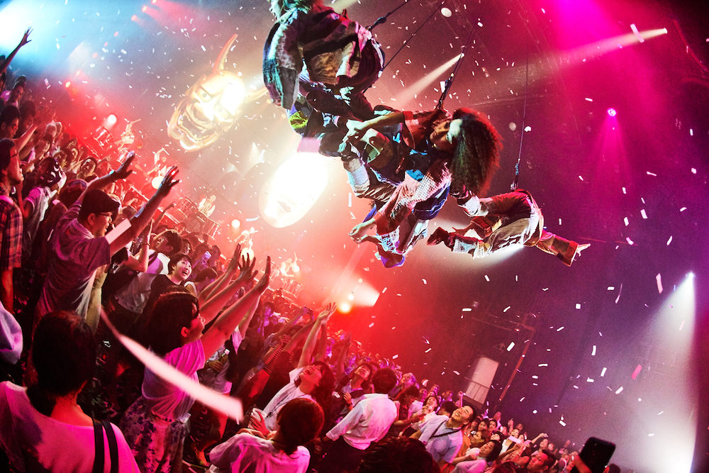 Performers fly above with confetti! (Photo by Keiko Tanabe / Kyoka Uemizo)