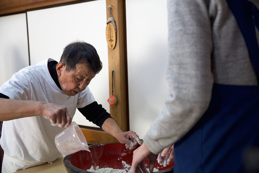 His Soba class is intimate and he often goes around the tables to care each student